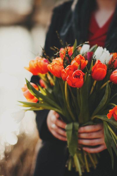 Bouquets_Tulips_Hands_507966_2880x1800